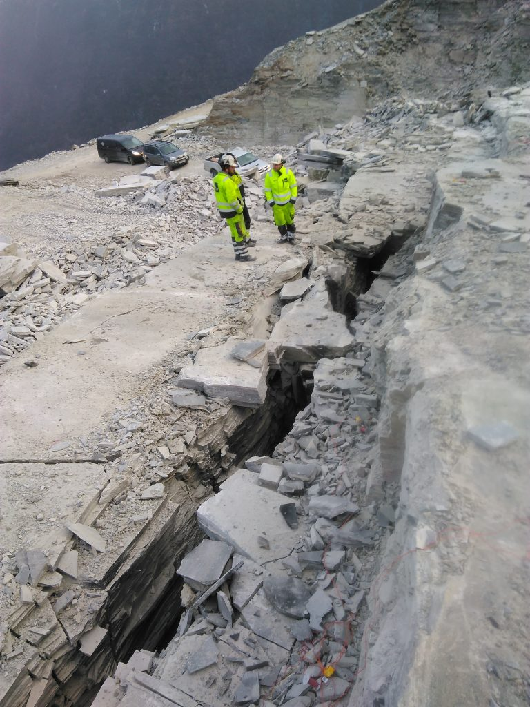 Royex dimensional stone breaking